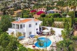 Фасад дома. Кипр, Пейя : Потрясающая вилла с видом на море, с 5-ю спальнями, 2-мя ванными комнатами, бассейном, пышным зелёным садом, джакузи, патио и барбекю