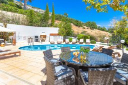 Зона отдыха у бассейна. Кипр, Пейя : Потрясающая вилла с видом на море, с 5-ю спальнями, 2-мя ванными комнатами, бассейном, пышным зелёным садом, джакузи, патио и барбекю