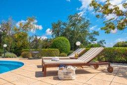 Зона отдыха у бассейна. Кипр, Пейя : Роскошная вилла с бассейном, зеленым двориком с джакузи, барбекю, 5 спален, 2 ванные комнаты, парковка, Wi-Fi