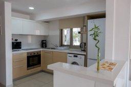 Кухня. Кипр, Пафос город : Двухэтажный таунхаус в комплексе с бассейном, с гостиной, двумя спальнями и видом на море
