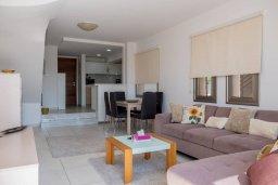 Гостиная. Кипр, Пафос город : Двухэтажный таунхаус в комплексе с бассейном, с гостиной, двумя спальнями и видом на море