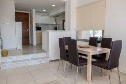 Обеденная зона. Кипр, Пафос город : Двухэтажный таунхаус в комплексе с бассейном, с гостиной, двумя спальнями и видом на море