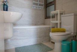 Ванная комната. Кипр, Пафос город : Двухэтажный таунхаус в комплексе с бассейном, с гостиной, двумя спальнями и видом на море