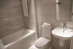 Ванная комната. Кипр, Пафос город : Апартамент в комплексе с бассейном, с гостиной, двумя спальнями и балконом