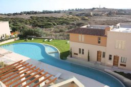 Бассейн. Кипр, Пафос город : Апартамент в комплексе с бассейном, с гостиной, двумя спальнями и балконом