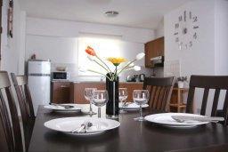 Кухня. Кипр, Пейя : Апартамент в комплексе с бассейном, с гостиной, двумя спальнями и балконом с видом на море