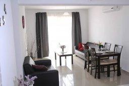 Гостиная. Кипр, Пейя : Апартамент в комплексе с бассейном, с гостиной, двумя спальнями и балконом с видом на море