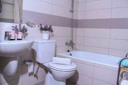 Ванная комната. Кипр, Пейя : Апартамент в комплексе с бассейном, с гостиной, двумя спальнями и балконом с видом на море