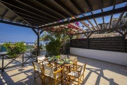 Обеденная зона. Кипр, Санрайз Протарас : Уникальный дизайнерский коттедж с панорамным видом на Протарас и Церковь Profitis Elias с 3-мя спальнями, бассейном, тенистой террасой с патио и барбекю, расположен в тихом живописном месте