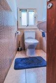 Туалет. Кипр, Гермасойя Лимассол : Таунхаус в комплексе с бассейном, 3 спальни, 2 ванные комнаты, патио, балкон, парковка, Wi-Fi