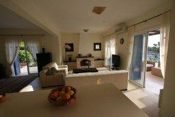 Гостиная. Кипр, Лачи : Уютная вилла с бассейном и зеленым двориком, 4 спальни, 2 ванные комнаты, барбекю, парковка, Wi-Fi
