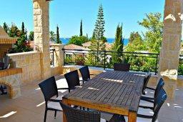 Обеденная зона. Кипр, Лачи : Роскошная вилла с бассейном и зеленым двориком с барбекю, 4 спальни, 3 ванные комнаты, парковка, Wi-Fi