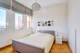 Спальня. Кипр, Центр Лимассола : Современный апартамент в комплексе с бассейном и в 100 метрах от пляжа, с большой гостиной, двумя спальнями, двумя ванными комнатами и большим балконом с видом на море