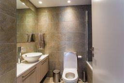 Ванная комната. Кипр, Центр Лимассола : Современный апартамент в комплексе с бассейном и в 100 метрах от пляжа, с большой гостиной, двумя спальнями, двумя ванными комнатами и большим балконом с видом на море