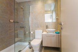 Ванная комната 2. Кипр, Центр Лимассола : Современный апартамент в комплексе с бассейном и в 100 метрах от пляжа, с большой гостиной, двумя спальнями, двумя ванными комнатами и большим балконом с видом на море