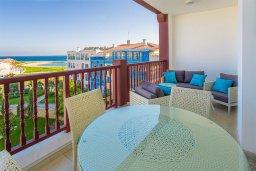 Балкон. Кипр, Центр Лимассола : Современный апартамент в комплексе с бассейном и в 100 метрах от пляжа, с большой гостиной, двумя спальнями, двумя ванными комнатами и большим балконом с видом на море