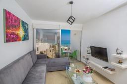 Гостиная. Кипр, Фиг Три Бэй Протарас : Апартамент с гостиной, отдельной спальней и балконом с потрясающим видом на Средиземное море, расположен в комплексе с бассейном в центре Протараса, всего в нескольких метрах от знаменитого пляжа Fig Tree Bay