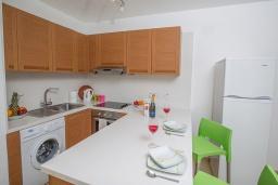 Кухня. Кипр, Фиг Три Бэй Протарас : Апартамент с гостиной, отдельной спальней и балконом с потрясающим видом на Средиземное море, расположен в комплексе с бассейном в центре Протараса, всего в нескольких метрах от знаменитого пляжа Fig Tree Bay