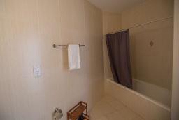 Ванная комната. Кипр, Фиг Три Бэй Протарас : Апартамент с гостиной, отдельной спальней и балконом с потрясающим видом на Средиземное море, расположен в комплексе с бассейном в центре Протараса, всего в нескольких метрах от знаменитого пляжа Fig Tree Bay