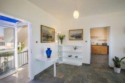Гостиная. Кипр, Декелия - Ороклини : Апартамент с большой гостиной, отдельной спальней, двумя ванными комнатами и балконом с видом на море, расположен в комплексе с бассейном в 100 метрах от пляжа