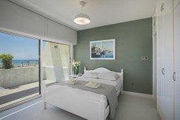 Спальня. Кипр, Декелия - Ороклини : Апартамент с большой гостиной, отдельной спальней, двумя ванными комнатами и балконом с видом на море, расположен в комплексе с бассейном в 100 метрах от пляжа