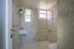 Ванная комната. Кипр, Декелия - Ороклини : Апартамент с большой гостиной, отдельной спальней, двумя ванными комнатами и балконом с видом на море, расположен в комплексе с бассейном в 100 метрах от пляжа