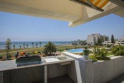 Балкон. Кипр, Декелия - Ороклини : Апартамент с большой гостиной, отдельной спальней, двумя ванными комнатами и балконом с видом на море, расположен в комплексе с бассейном в 100 метрах от пляжа
