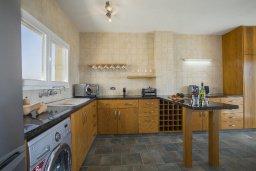 Кухня. Кипр, Декелия - Ороклини : Апартамент с большой гостиной, отдельной спальней, двумя ванными комнатами и балконом с видом на море, расположен в комплексе с бассейном в 100 метрах от пляжа