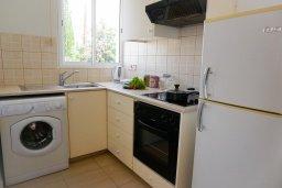 Кухня. Кипр, Пейя : Апартамент в комплексе с бассейном, с гостиной, отдельной спальней и балконом