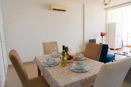 Обеденная зона. Кипр, Пейя : Апартамент в комплексе с бассейном, с гостиной, отдельной спальней и балконом