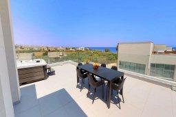Терраса. Кипр, Пернера Тринити : Потрясающая современная вилла с видом на Средиземное море, с 3-мя спальнями, с бассейном и солнечной террасой на крыше с джакузи и lounge-зоной