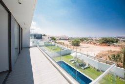 Балкон. Кипр, Нисси Бич : Роскошная современная вилла с бассейном и зеленым двориком с барбекю, 4 спальни, 3 ванные комнаты, парковка, Wi-Fi