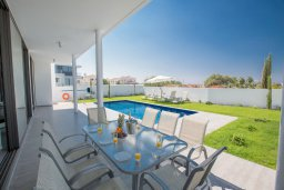 Терраса. Кипр, Нисси Бич : Роскошная современная вилла с бассейном и зеленым двориком с барбекю, 4 спальни, 3 ванные комнаты, парковка, Wi-Fi