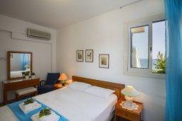 Спальня. Кипр, Пернера : Двухуровневый апартамент с панорамным видом на море, с 3-мя спальнями, солнечной террасой с патио, расположен в 70 метрах от пляжа в прибрежном комплексе рядом с живописным заливом Sirina Bay