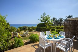 Терраса. Кипр, Пернера : Двухуровневый апартамент с панорамным видом на море, с 3-мя спальнями, солнечной террасой с патио, расположен в 70 метрах от пляжа в прибрежном комплексе рядом с живописным заливом Sirina Bay