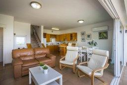 Гостиная. Кипр, Пернера : Двухуровневый апартамент с панорамным видом на море, с 3-мя спальнями, солнечной террасой с патио, расположен в 70 метрах от пляжа в прибрежном комплексе рядом с живописным заливом Sirina Bay