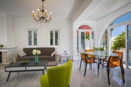 Гостиная. Кипр, Фиг Три Бэй Протарас : Уютная вилла с 2-мя спальнями, с зелёным двориком, тенистой террасой с патио и каменным барбекю, расположена в тихом районе Протараса