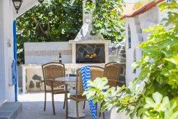 Терраса. Кипр, Фиг Три Бэй Протарас : Уютная вилла с 2-мя спальнями, с зелёным двориком, тенистой террасой с патио и каменным барбекю, расположена в тихом районе Протараса
