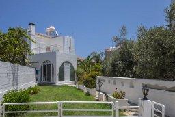 Фасад дома. Кипр, Фиг Три Бэй Протарас : Уютная вилла с 2-мя спальнями, с зелёным двориком, тенистой террасой с патио и каменным барбекю, расположена в тихом районе Протараса