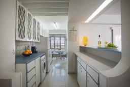 Кухня. Кипр, Ларнака город : Современный апартамент с гостиной, двумя спальнями и балконом с видом на море расположен в 30 метрах от пляжа