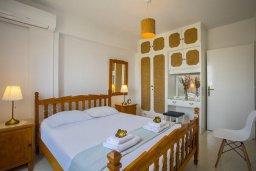 Спальня. Кипр, Ларнака город : Современный апартамент с гостиной, двумя спальнями и балконом с видом на море расположен в 30 метрах от пляжа