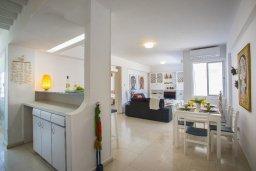 Гостиная. Кипр, Ларнака город : Современный апартамент с гостиной, двумя спальнями и балконом с видом на море расположен в 30 метрах от пляжа