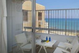 Балкон. Кипр, Ларнака город : Современный апартамент с гостиной, двумя спальнями и балконом с видом на море расположен в 30 метрах от пляжа