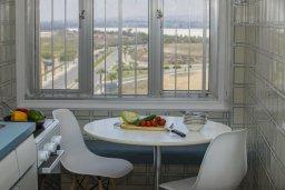 Обеденная зона. Кипр, Ларнака город : Современный апартамент с гостиной, двумя спальнями и балконом с видом на море расположен в 30 метрах от пляжа