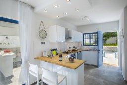 Кухня. Кипр, Фиг Три Бэй Протарас : Уютная вилла с 2-мя спальнями, 2 ванными комнатами, с зелёным двориком, патио и барбекю,  расположена в тихом и уникальном месте на побережье Протараса