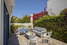 Патио. Кипр, Фиг Три Бэй Протарас : Уютная вилла с 2-мя спальнями, 2 ванными комнатами, с зелёным двориком, патио и барбекю,  расположена в тихом и уникальном месте на побережье Протараса