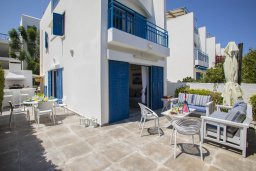 Фасад дома. Кипр, Фиг Три Бэй Протарас : Уютная вилла с 2-мя спальнями, 2 ванными комнатами, с зелёным двориком, патио и барбекю,  расположена в тихом и уникальном месте на побережье Протараса