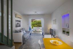 Гостиная. Кипр, Фиг Три Бэй Протарас : Уютная вилла с 2-мя спальнями, 2 ванными комнатами, с зелёным двориком, патио и барбекю,  расположена в тихом и уникальном месте на побережье Протараса