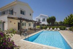 Фасад дома. Кипр, Ионион - Айя Текла : Прекрасная вилла с 3-мя спальнями, 2-мя ванными комнатами, с бассейном, зелёным садом, тенистой террасой с патио и барбекю, расположена в тихом жилом районе на окраине Айя-Напы в 100 метрах от моря