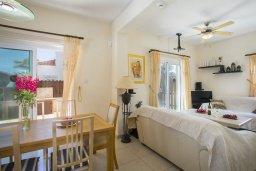 Гостиная. Кипр, Ионион - Айя Текла : Прекрасная вилла с 3-мя спальнями, 2-мя ванными комнатами, с бассейном, зелёным садом, тенистой террасой с патио и барбекю, расположена в тихом жилом районе на окраине Айя-Напы в 100 метрах от моря